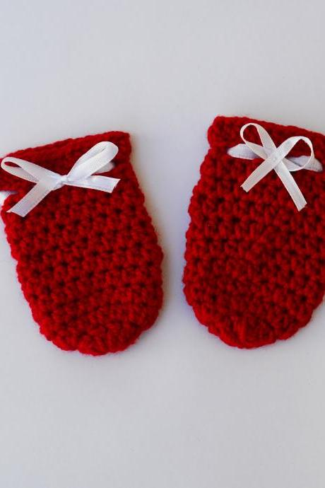 Crochet baby mittens - red